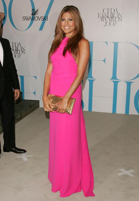 Eva Mendes con un vestido rosa