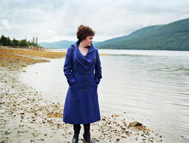 Susan Boyle les pieds dans l'eau