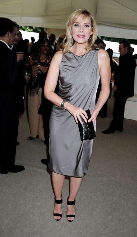 Kim Catrall dans sa robe de satin gris