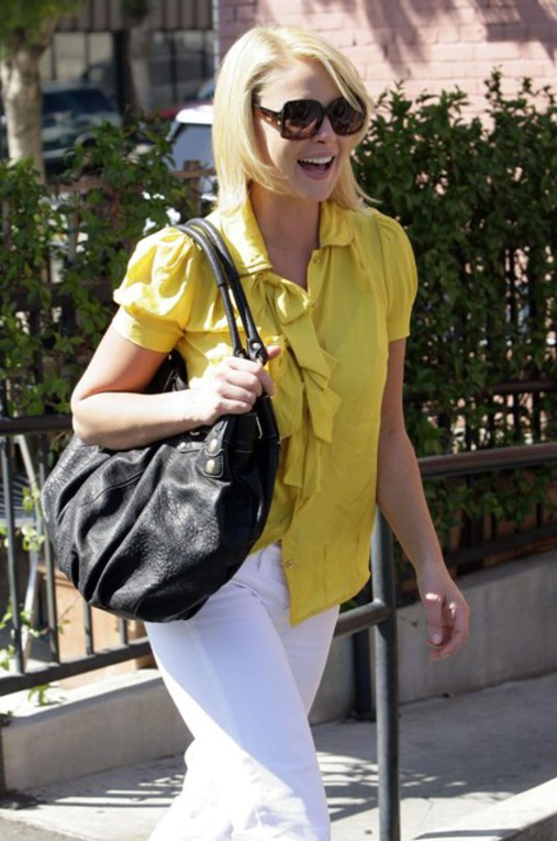 Katherine Heigl con un top amarillo