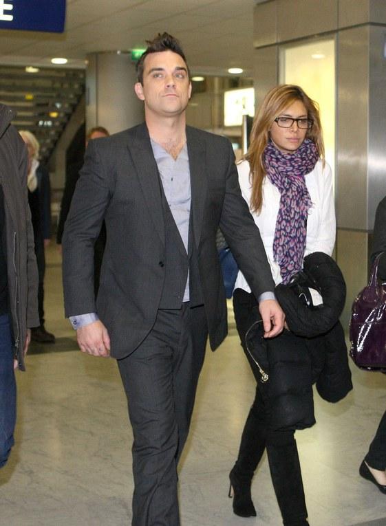 Robbie Williams et sa petite-amis vus à l'aéroport de Nice-2009