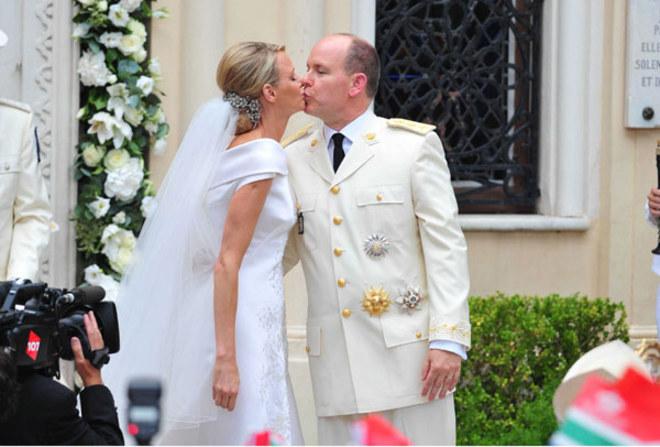 Albert und Charlene: Der bejubelte Kuss des Brautpaares