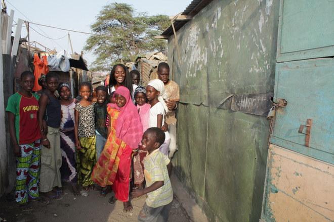 Aïssa Maïga et les enfants du quartier de Colobane, à Dakar