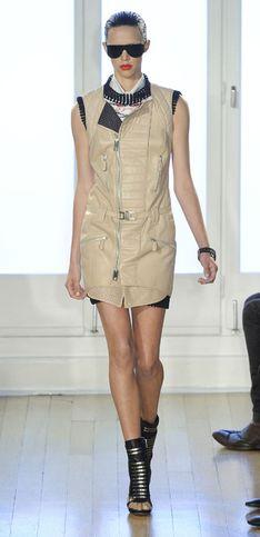 Sfilata Julien Macdonald London Fashion Week p-e 2012