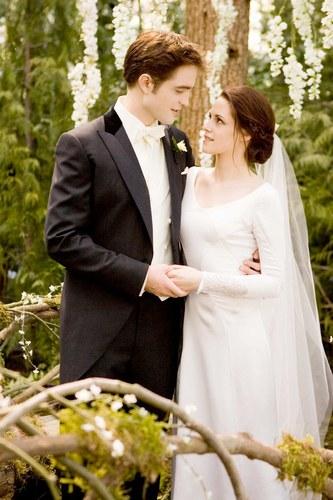 Robert Pattinson e Kristen Stewart sposi in Breaking Dawn, 2011