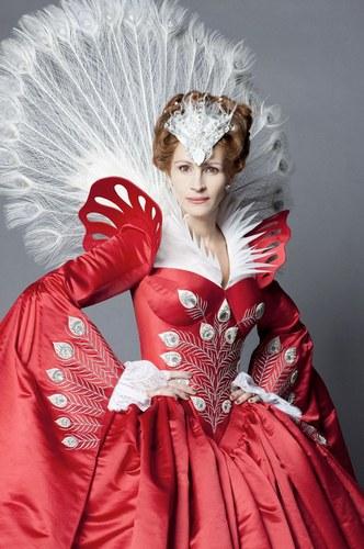 Julia Roberts è la regina cattiva nel film Biancaneve di Tarsem Singh, 2012