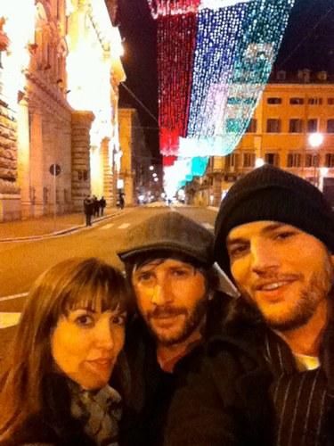 Ashton Kutcher a Roma con due amici dopo la rottura con Demi Moore, 2011