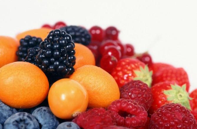 Un beauty case pieno di frutta e verdura