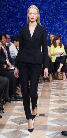 Les beaux débuts du belge Raf Simons sur le poduim de Dior