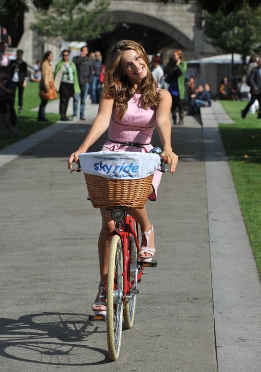 Le star scelgono la bicicletta per l'estate - Kelly Brook in bici