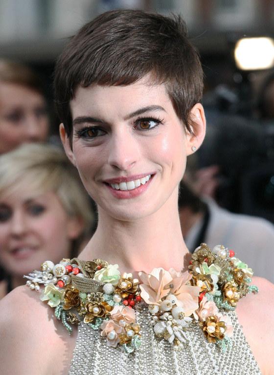 Le star scelgono i capelli corti per l'estate - Anne Hathaway