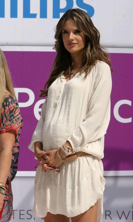 Een zwangere Alessandra Ambrosio