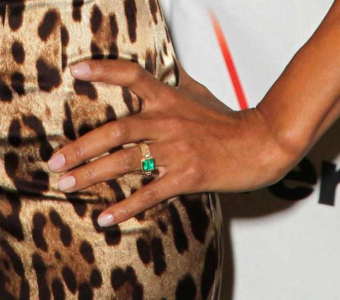 Este anillo de compromiso pertenece a...
