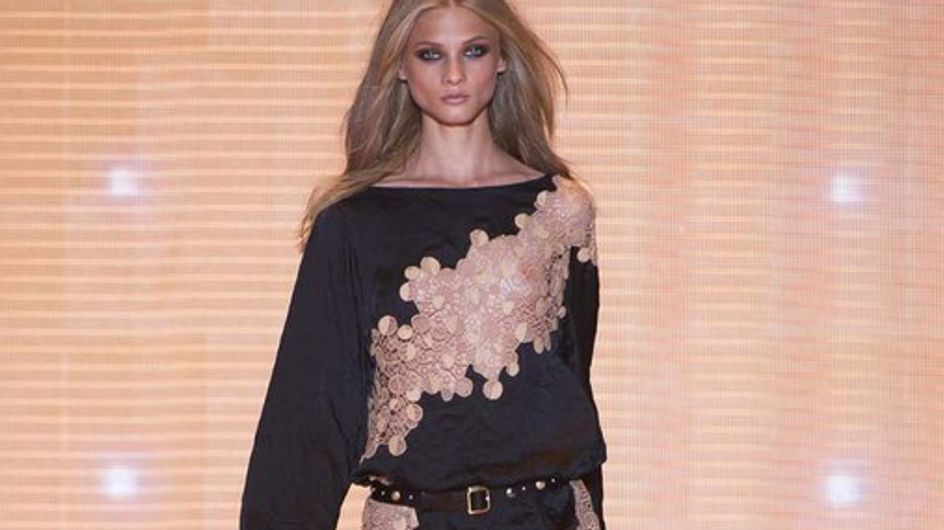 Donne ammalianti e tanto colore: la primavera estate di Versace