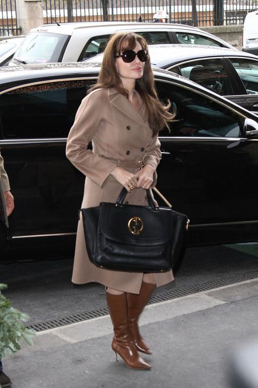Il cappotto cammello: la passione delle star - Angelina Jolie e il cappotto cammello glamour