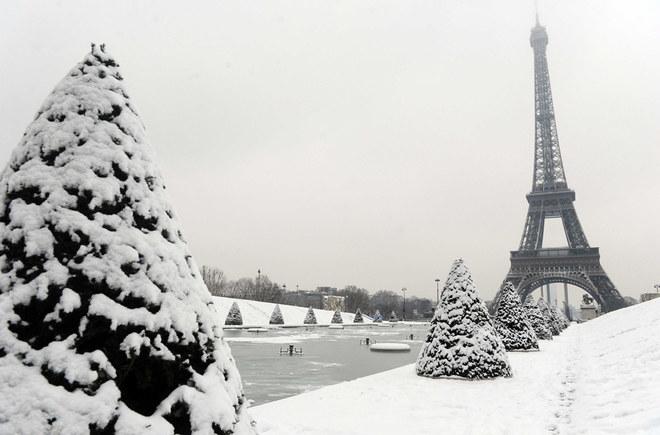 Neve a Parigi: incanto e disagi