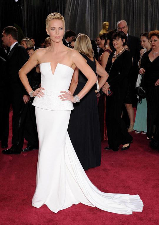 L'abito bianco delle star. La tendenza total white tra le dive - Charlize Theron in abito bianco