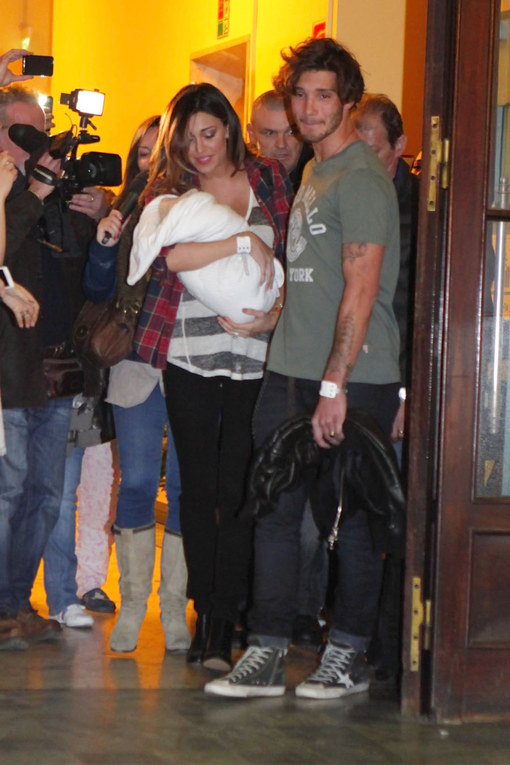 Belén e Stefano escono dalla clinica con Santiago