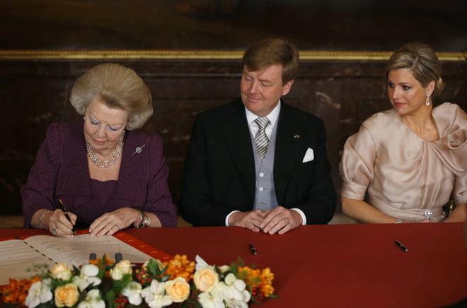 La reina Beatriz firma su abdicación