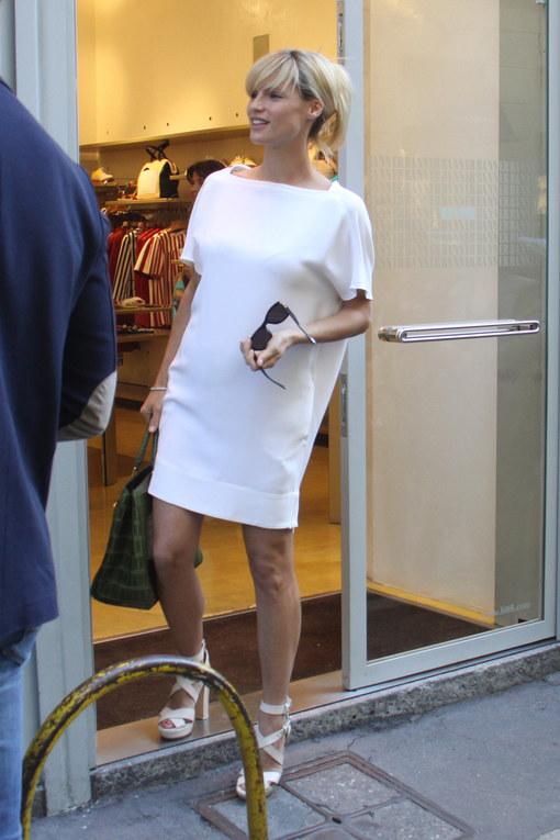 """Michelle Hunziker fa shopping con il """"pancione"""""""