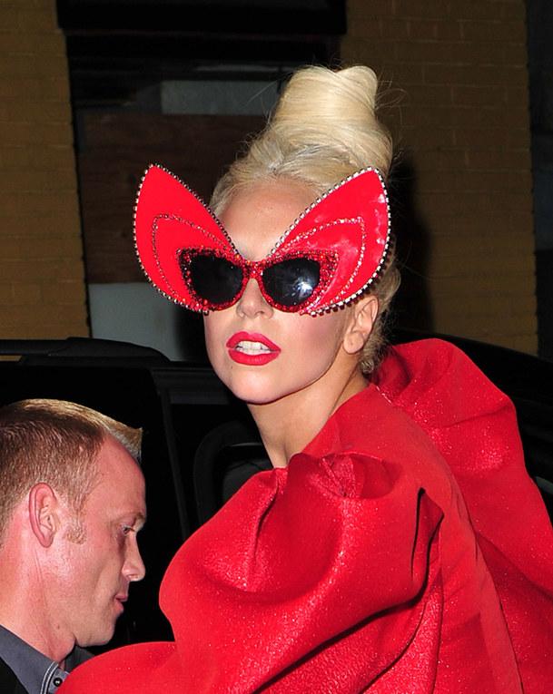 Gli occhiali da sole strani delle star - Lady GaGa