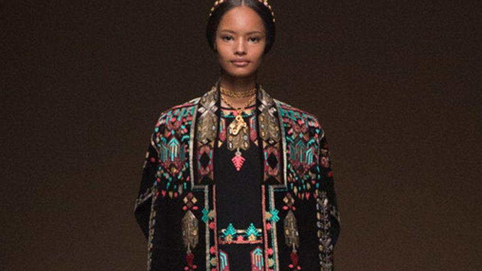 Eleganza e decori sacri. La sfilata Valentino alla Parigi Fashion Week