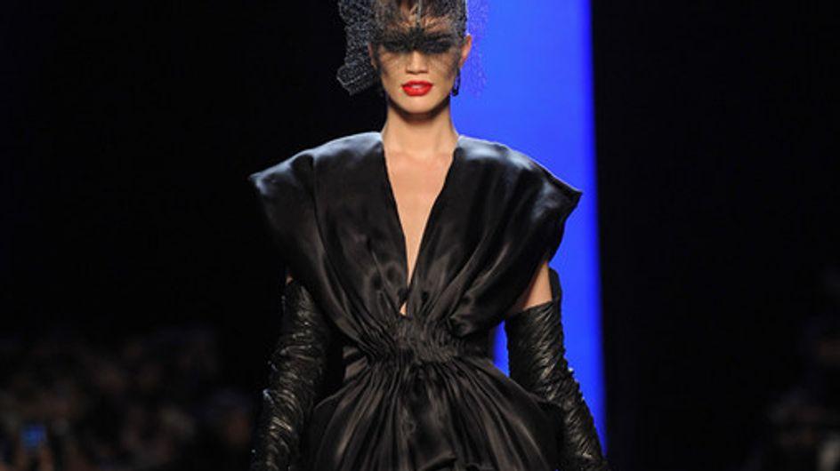 Modelle, ballerine e showgirl. La fastosa sfilata di Jean Paul Gaultier a Parigi