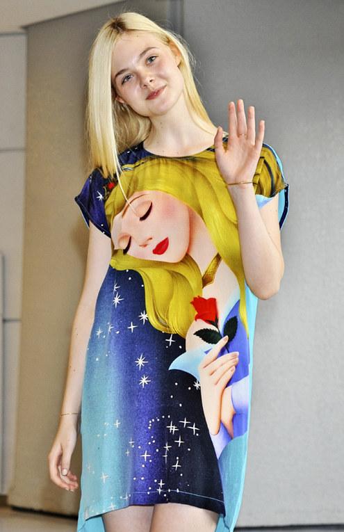 Le star che indossano le stampe dai cartoni animati - Elle Fanning