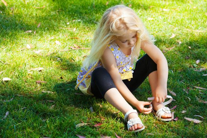 Sandales fille...Vive l'été les doigts de pieds à l'air !