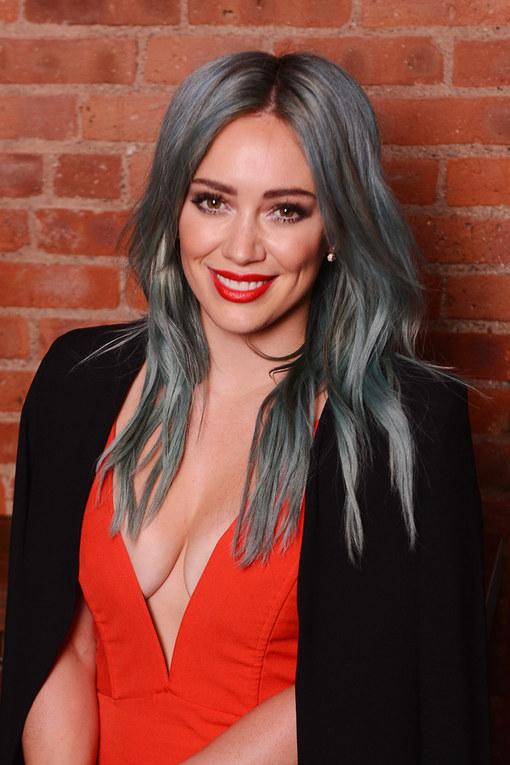 Hilary Duff con el pelo azul