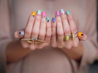 Nail art multicolor: tutte le versioni dello smalto colorato