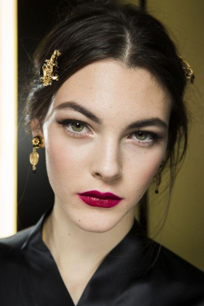 Rossetti scuri: come truccare viso e occhi. Gli abbinamenti di make-up migliori!