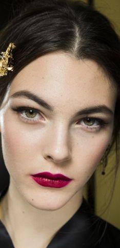 Labios granates: bienvenida al lado oscuro del maquillaje