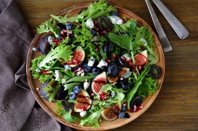 Insalata scura di fichi, uva e mirtilli
