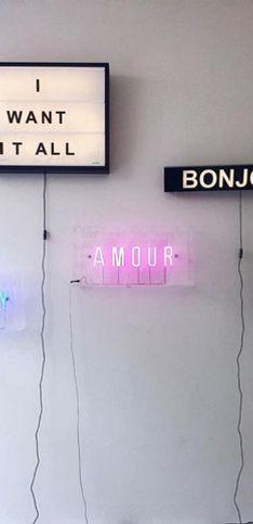 Placas de neon que vão iluminar suas ideias de decoração