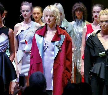 A riqueza glamourosa dos melhores desfiles da Versace nos últimos tempos