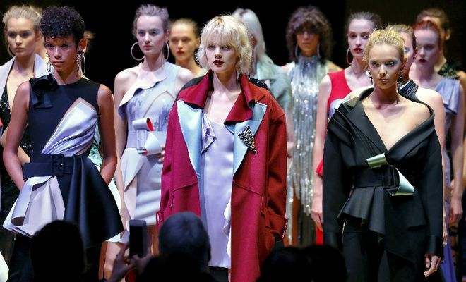 A riqueza glamourosa dos melhores desfiles da Versace dos últimos tempos