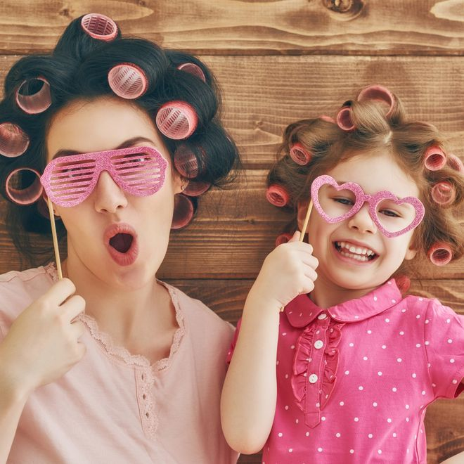 Auguri per la festa della donna: le frasi più divertenti da condividere subito!