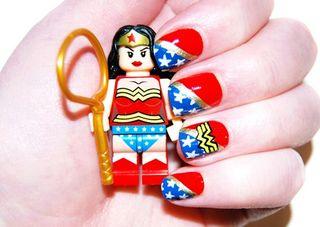Manicura inspirada en Wonder Woman