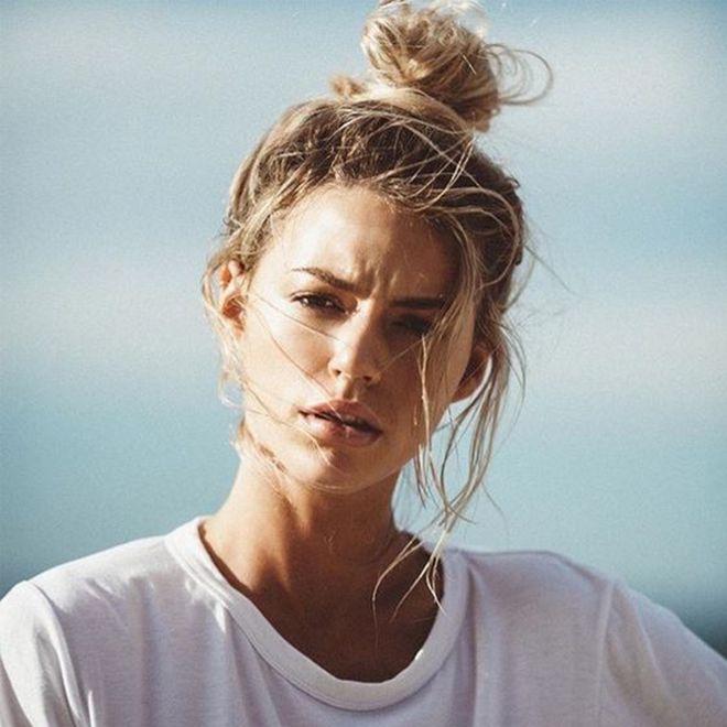 Acconciature per capelli sporchi: tutte le pettinature ideali per rimandare lo shampoo!