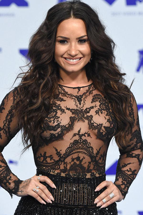 Free The Nipple The Celebrities Who Love To Go Braless Photo Album Sofeminine