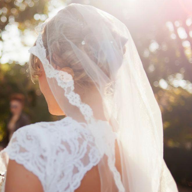 Come mettere il velo  le acconciature da sposa per valorizzarlo al meglio 583c3d6a1fe7