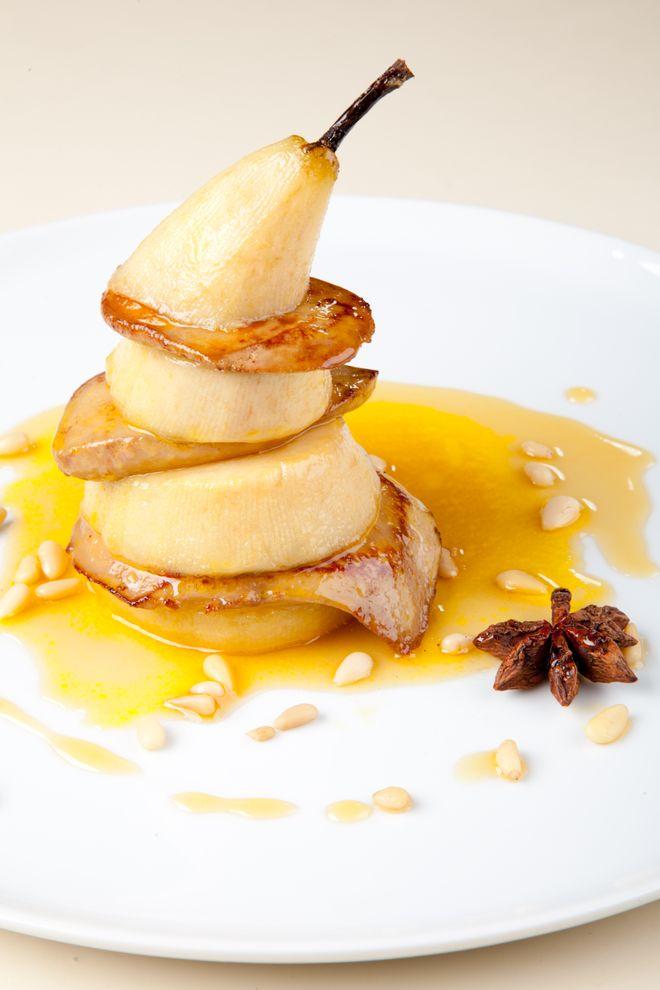 Poire pochée au foie gras