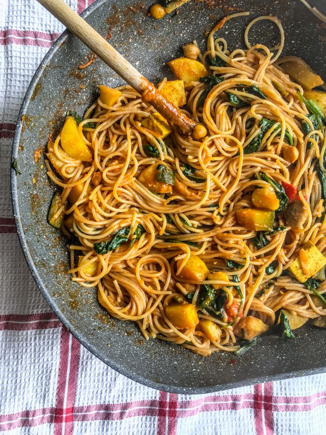 Pâtes de sarrasin au curry et légumes
