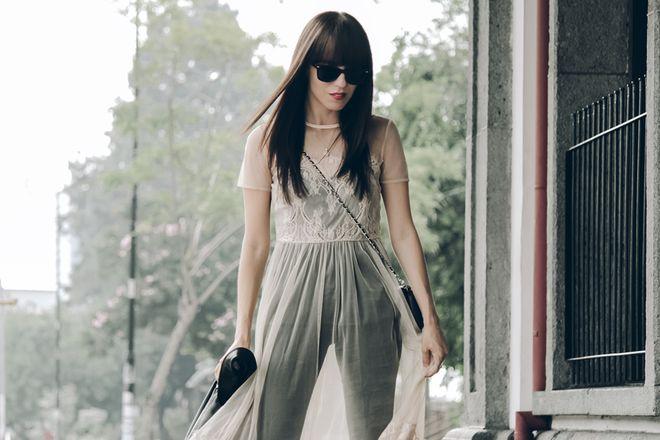 Vestido sobre vaqueros: el street style de esta primavera