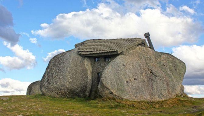 1. Una casa de piedra entre montañas