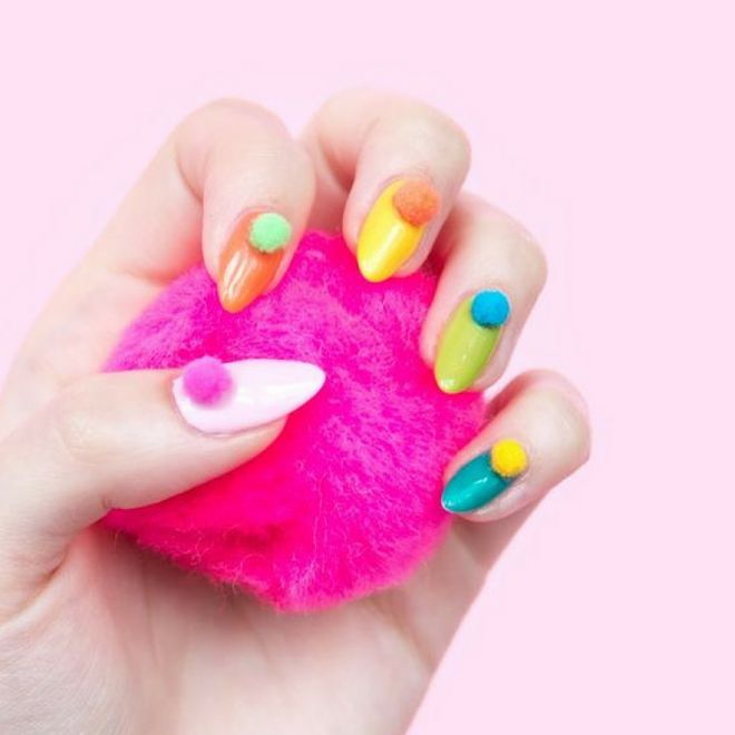 Romantica, colorata e trendy: ecco la nuova tendenza pon pon nails!