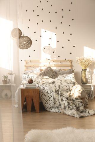 Un lit cocooning avec un plaid en fourrure