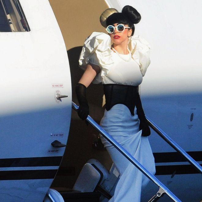 Gli outfit più bizzarri sfoggiati dalle star in aeroporto: Lady Gaga