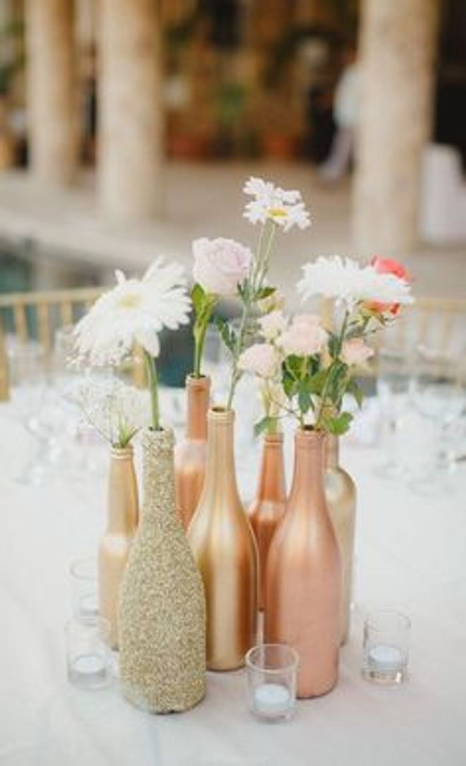 Des bouteilles en verre peintes pour en faire de magnifiques vases